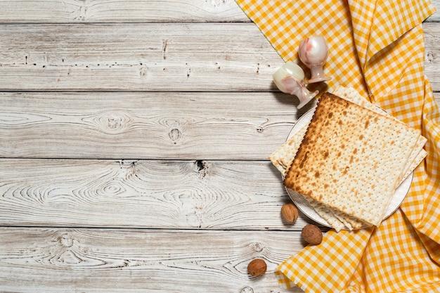 Feriado judaico mesa de páscoa com vinho, matzo em madeira