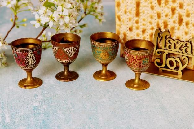 Feriado judaico páscoa com matzah, celebração de pesah, quatro xícaras de vinho kosher