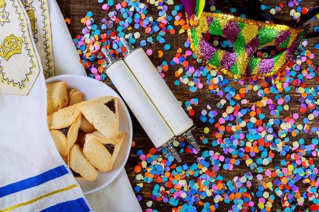 Feriado judaico purim com máscara de carnaval e cookies hamantaschen. lay plana