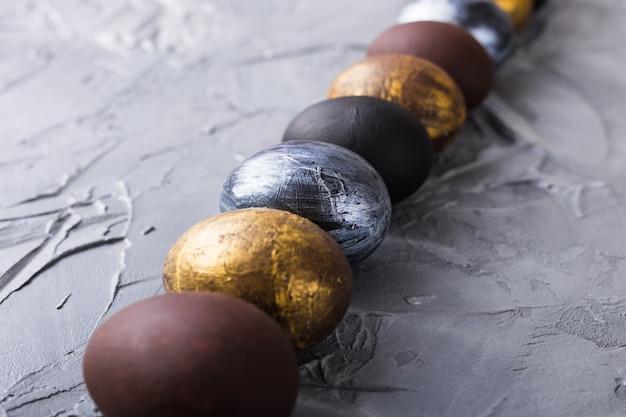 Feriados, design e conceito moderno de páscoa - minimalismo de estilo de ovos de páscoa preto e marrom