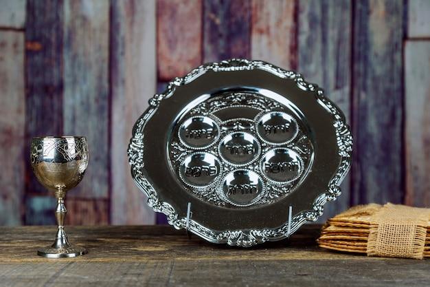 Feriados judaicos pessach pessach matzah e uma taça de prata cheia de vinho