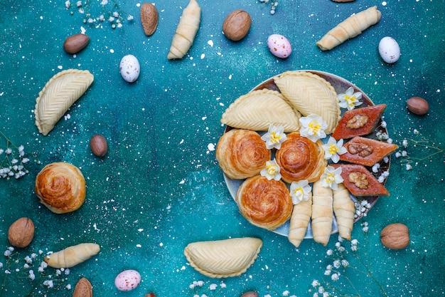 Feriados tradicionais do azerbaijão novruz cookies baklavas e shakarburas na placa de bandeja preta