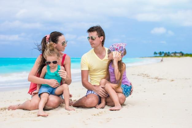 Férias com a família feliz na praia perfeita das caraíbas