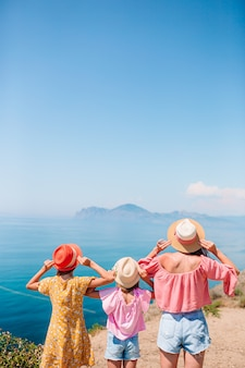 Férias com a família. mãe e meninas de férias nas montanhas