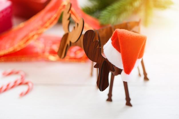 Férias de chapéu de natal e decorações em chifres de natal de um cervo e festivo