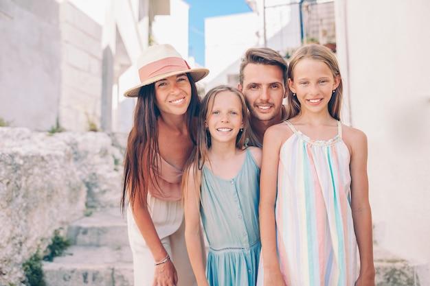 Férias de família de pais e filhos em férias na europa
