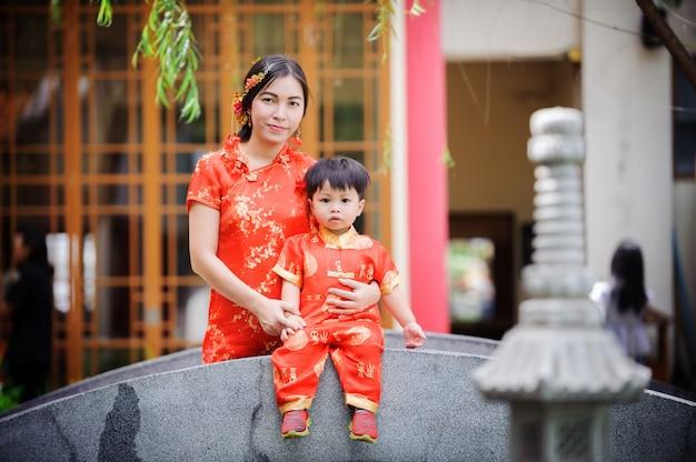 Férias de férias criança asiática chinesa no festival do ano novo chinês no templo chinês