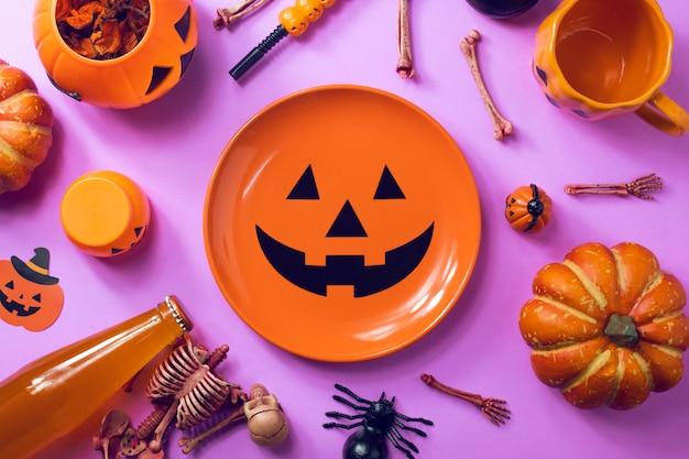Férias de festa de halloween com jantar conjunto prop sobre fundo rosa roxo