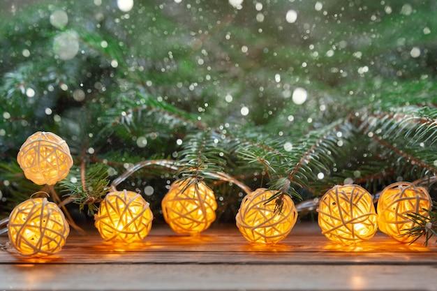 Férias de fundo de natal com luzes de guirlanda de decoração na mesa de madeira