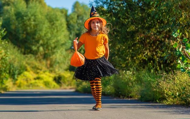 Férias de halloween, menina criança fantasiada. foco seletivo.