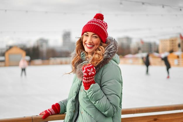 Férias de inverno linda mulher feliz caucasiana