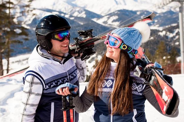 Férias de inverno - retrato de esquiadores na estação de esqui.