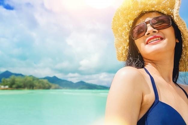 Férias de liberdade de mulher sexy relaxar no oceano desfrutar com luz quente