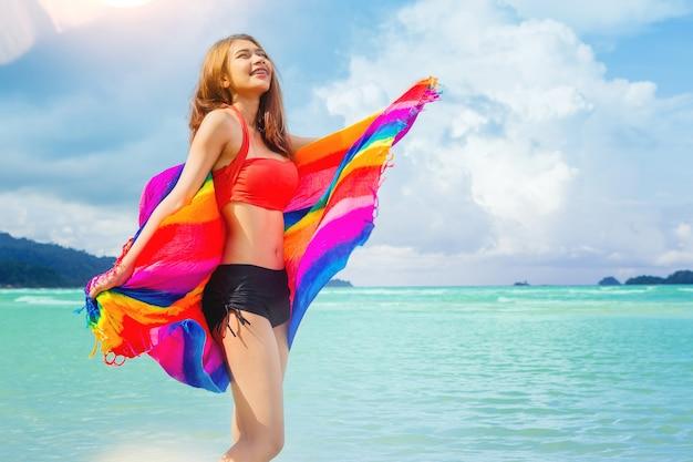 Férias de liberdade mulher sexy relaxar na praia desfrutar com luz quente