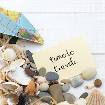 Férias de mar de horário de verão, fundo branco de madeira de conchas