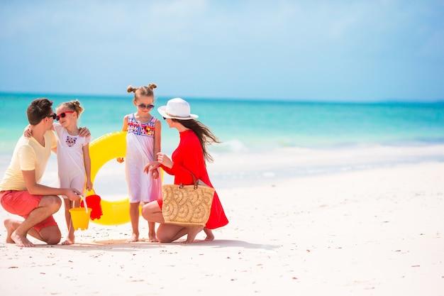 Férias de praia jovem família feliz