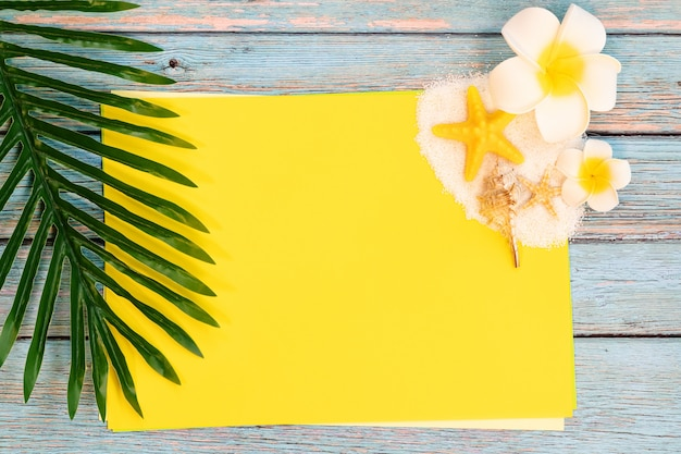 Férias de verão bonito, acessórios de praia, conchas do mar, areia e folhas de palmeira