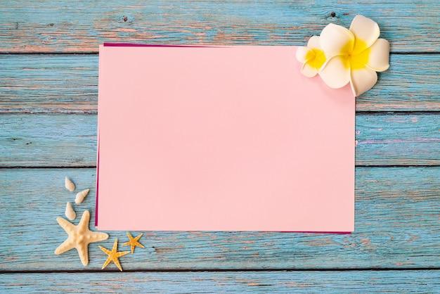 Férias de verão bonito, acessórios de praia, conchas e flores em papel