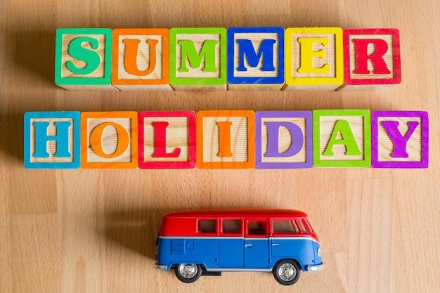 Férias de verão com van de brinquedo
