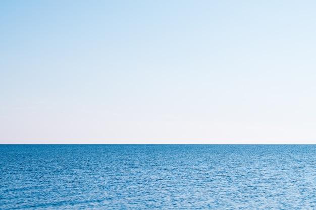 Férias de verão do turismo de viagens. mar oceano água céu cenário. estância balnear de viagem de férias