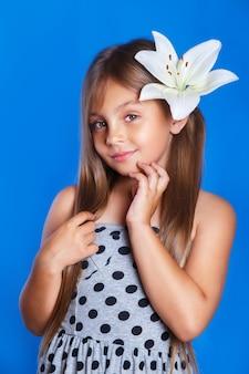 Férias de verão e conceito de viagens. moça bonita com uma flor