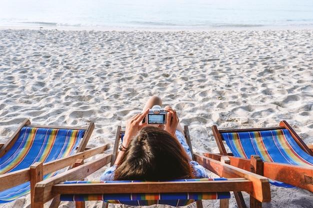 Férias de verão e férias - meninas tomando sol na praia
