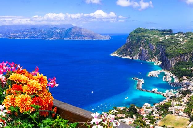 Férias de verão italianas. bela ilha de capri, campânia, itália