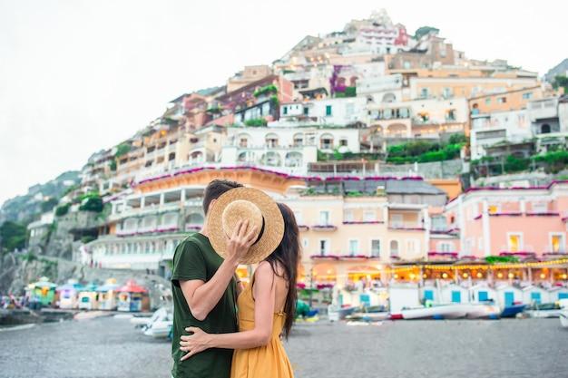 Férias de verão na itália. casal jovem na vila de positano, costa amalfitana, itália