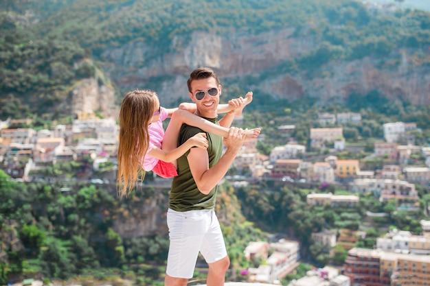 Férias de verão na itália. homem jovem, e, criança, em, positano, vila, ligado, a, fundo, amalfi costeiam, itália