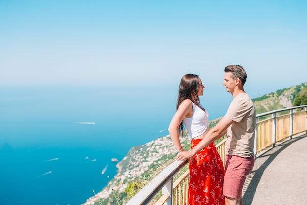 Férias de verão na itália. jovem e mulher na vila italiana, costa amalfitana, itália