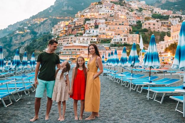 Férias de verão na itália. jovem mulher na vila de positano, costa amalfitana, itália