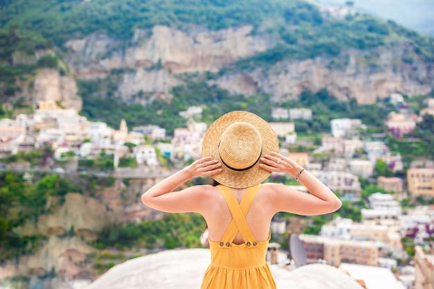 Férias de verão na itália, jovem mulher na vila de positano na cena, costa amalfitana, itália