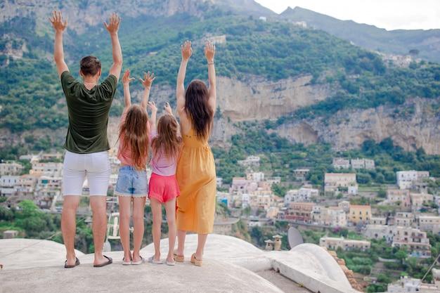 Férias de verão na itália, jovem mulher na vila de positano no fundo, costa amalfitana, itália