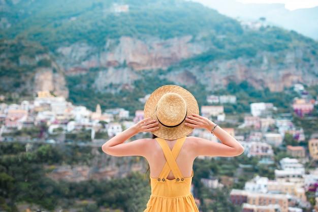 Férias de verão na itália, jovem mulher na vila de positano