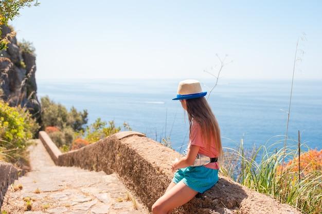 Férias de verão na itália. menina na costa de amalfi, itália
