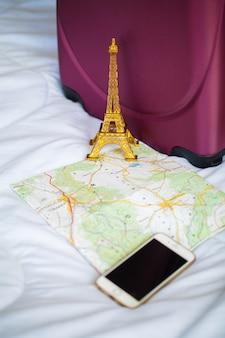 Férias de verão. planejamento de férias e embalagem saco de viagem em casa ou quarto de hotel