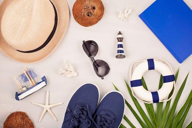 Férias de verão, viagens, conceito de turismo plana leigos. praia, acessórios urbanos casuais para homens