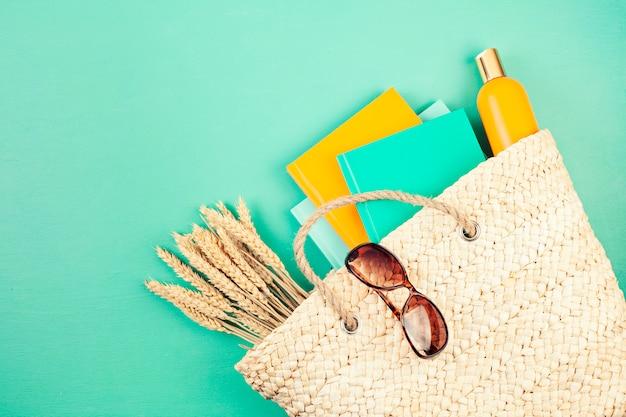 Férias de verão, viagens, conceito de turismo plana leigos. praia, campo, acessórios urbanos casuais