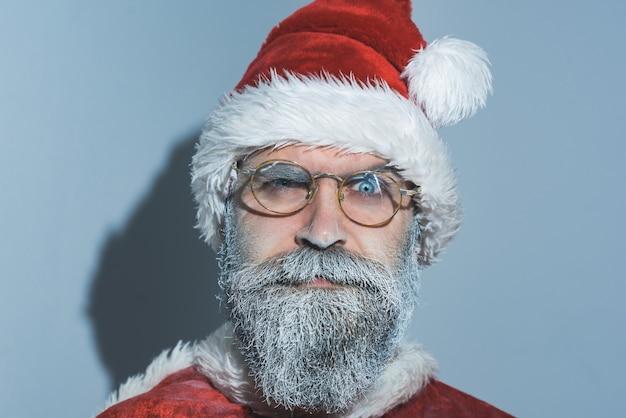 Férias em família. boas tradições antigas. conceito de natal e ano novo. natal papai noel em copos com barba congelada. isolado em fundo cinza.
