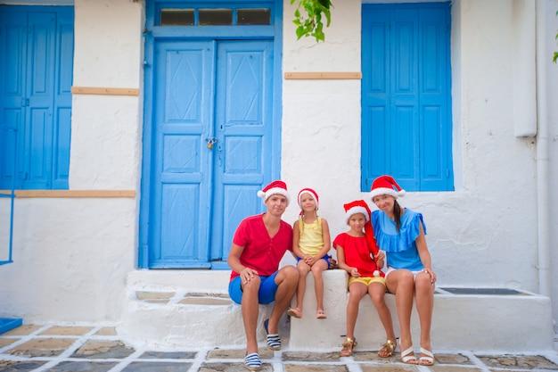 Férias em família de natal na rua grega