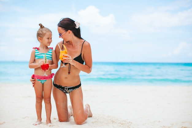 Férias em família. mãe e filha de férias na praia