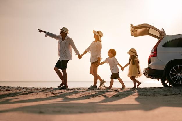 Férias em família na ásia. família feliz pais segurando crianças voando no céu