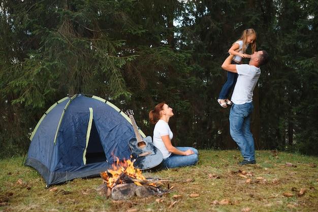 Férias em família no acampamento nas montanhas.