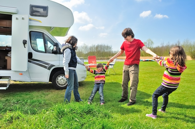 Férias em família, rv (campista) viajam com crianças, pais felizes com crianças em viagem de férias em motorhome