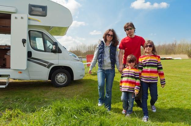 Férias em família, viagem de rv com crianças, pais felizes com crianças em viagem de férias no motorhome, exterior do campista