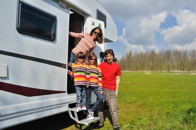 Férias em família, viagem de trailer (campista) com crianças, pais felizes com crianças se divertem na viagem de férias em motorhome