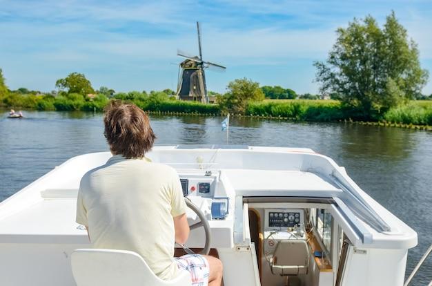 Férias em família, viagens de férias de verão em uma barcaça no canal