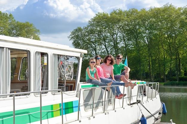 Férias em família, viajar no barco barcaça no canal, crianças felizes, se divertindo na viagem de cruzeiro no rio em casa flutuante