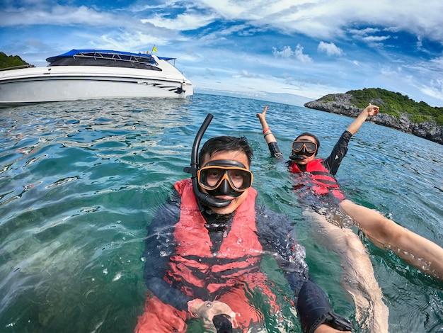 Férias engraçadas de mergulho nas férias de verão.