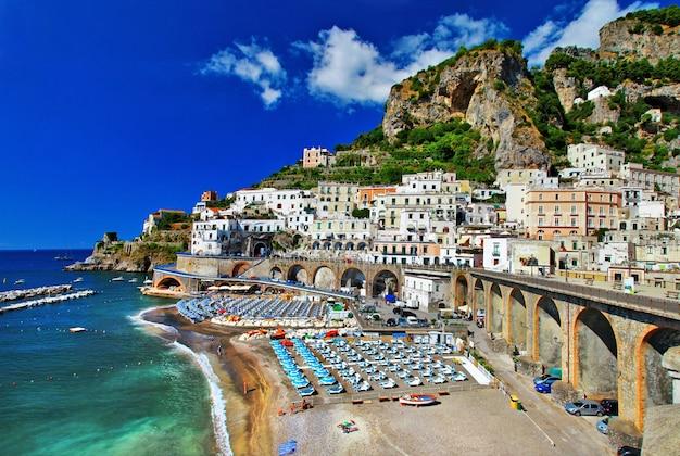 Férias italianas, deslumbrante costa de amalfi, aldeia atrani